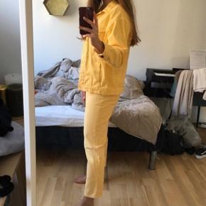 Fedt, gult denimsæt fra Monki. Bukserne er en str. 36, og jeg mener, at jakken er XXS (oversize). Begge dele fitter en str. S ☺️🌻 Brugt meget få gange og er derfor i rigtigt god stand!