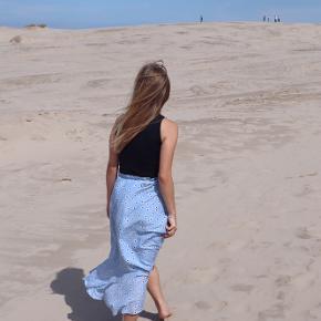 Ganni slå om/wrap nederdel i str. 34🌸 Brugt nogle gange men fremstår som ny❤️ jeg er 160cm og bruger str. 34/xs❤️ Husk at se mine andre annoncer - giver gerne mængderabat😊
