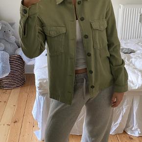 Gina Tricot armygrøn skjorte/jakke str. 36. Skjorte/jakken er både pæn lukket men man kan sagtens åbne den med en top/t-shirt indenunder ligesom på de første to billeder.  Der er ingen slitage på skjorten/jakken, og den er maks gået med 2-3 gange ☺️ Jeg er åben for seriøse bud 🤍