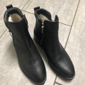 Sort skindstøvle fra Samsøe & Samsøe - kan evt. prøves i Smørum