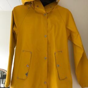 Fedeste gule regnjakke fra didriksons i den lækreste kvalitet. Den er kun brug et par gange, og fremstår nærmest som ny.  Det er en str 36 Np 1450kr
