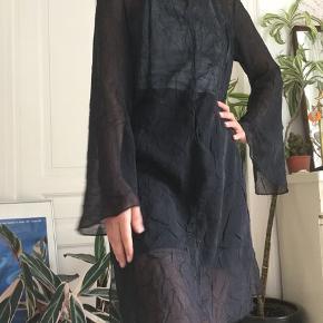 Flot sort gennemsigtig lang bluse med slids i siderne. -tjek min profil ud-