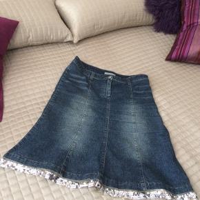 Denim blå med pailetter rundt. Spændende nederdel