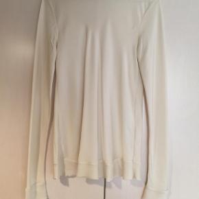 Varetype: Langærmet Farve: Råhvid Oprindelig købspris: 1800 kr.  Super lækker silke skjorte med lækre detaljer. Er brugt, men stadig rigtig fin :-) og uden pletter eller lign.