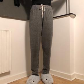Behagelige hygge bukser. Bukserne kan passes af en s-m da de kan strammes ind i taljen. BYD!