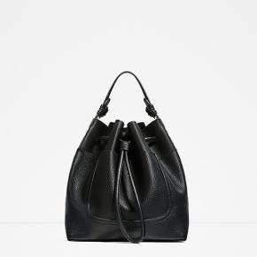 ZARA faux-læder taske i sort, helt ny med mærke stadig på. Den har en god hverdag str., dog ikke stor nok til stor computer. Der er både hank og lang rem, så man kan have den over skulderen eller crossover også. Plus, har den en lom foran, hvor man nemt kan smide sine små ting i. Har også en i grå.   BYD! :-)