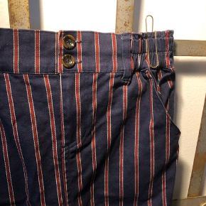 H.C.M.II nederdel i stretch med lommer.  ▪️Velkommen i shoppen 🤩👗☘️ ▪️Bud er altid velkomne 🌹📸💰 ▪️Tager ikke billeder med tøjet på ‼️‼️ ▪️Sender udvalgte varer 📦🔍💌 ▪️Afhentning nær Nørrebro st. ☑️ ▪️Ingen byttehandler 🔁🌸🖖🏼🌼