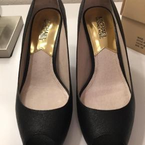 Michael Michael Kors sko med plateau under forfoden på 1.5 cm og en hælhøjde på 8 cm. De er str. 7M som varer til Dansk str. 37 men jeg er str. 37.5 og passer dem fint men kan ikke gå i høje sko mere.