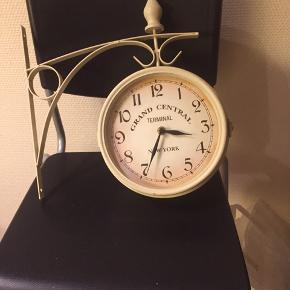 Stations ur man kan se klokken på hver side