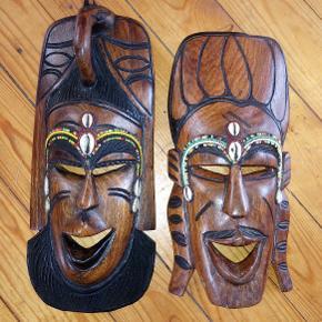 Masai masker fra Tanzania i hårdt træ, perler og muslingeskaller. 30 x 12,5 cm og 28 x 13 cm. Prisen er pr. stk.