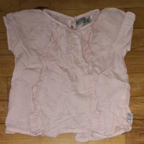 Skjorten trænger til en strygejern.  Fra røg og dyre frit hjem.