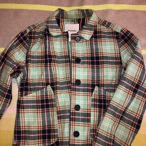 Super sød Monki jakke, ingen tegn på slid. Str. Xs men den er lidt oversize i størrelsen. Jeg bruger normalt S.