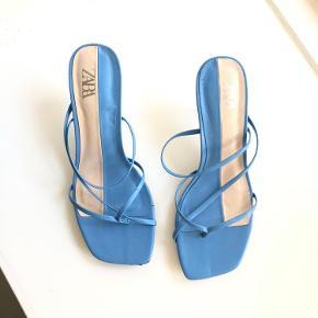 Jeg har haft dem på én gang til en fest.💙🤍 Jeg bruger normalt 37, men købte 36, fordi jeg gerne vil have sandal/stilletter sidder tæt. Der er selvfølgelig få brugsspor, men ellers spørg hvis ik de ses ordentligt på billederne💙🤍