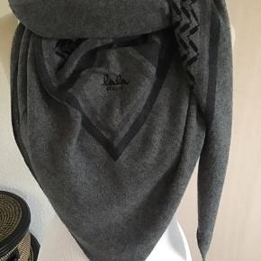 Sælger det skønneste klassiske cashmere fra Lala Berlin i large.. Tørklædet har signatur mønster og modellen hedder Triangle Classic  large.. 100% Cashmere  Nypris 3.000,- Bytter ikke!