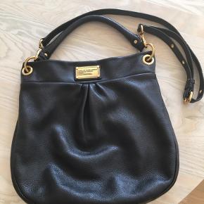 """Klassisk sort Marc Jacobs taske model """"The Classic Q Hillier Hobo"""" skulder taske.   Måler ca. 32 cm i bredden og ca. 34 cm i højden. Indvendig lomme med lynlås samt 2 små indvendige åbne rum til tlf., kleenex pakke el lign.  Ikke brugt meget og i perfekt stand. Dustbag medfølger.  Bytter ikke."""