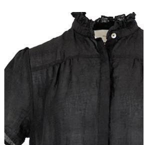 Helt ny kjole fra Neo Noir i sort. Modellen hedder Gilda. På billede nr. 4 kan man se stoffet, det er lidt blankt. Det er 100% polyester. Nypris 500 kr. Bud fra 350 kr.  Kan afhentes i Århus C. eller sendes med Dao for 37 kr.