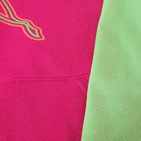 Lækker hoodie fra Puma. Brugt få gange, er som ny👌😊 Farverne ef meget mere klare end på billederne, den er pink og neongrøn👌😊 Str 36.
