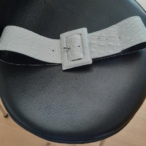 #Secondchancesummer. Flot hvidt læderbælte. Faconskåret. Håndsyede stikninger. 97 cm langt.
