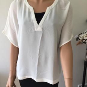 Varetype: Bluser Farve: Råhvid  100% polyester    Længde 63    Brystvidde 59 x 2    Brugt 1 gang ingen pletter eller andet    Som ny!