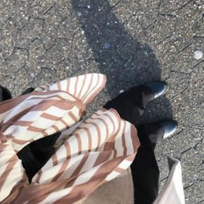 Så fede sorte rib bukser fra Na-kd. Byd endelig 🧡