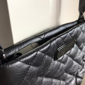 Flot og praktisk taske fra Marc By Marc Jacobs.  Fremstår i perfekt stand, brugt én gang.