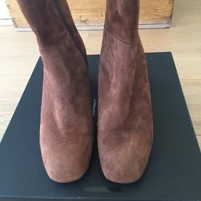 Super fede støvletter i Camel/brun ruskind Hælhøjde ca. 6 cm. Vil være super flotte her til efteråret -vinteren til kjoler eller bukser. Fejlkøb. Købspris 2295 kr. bytter ikke