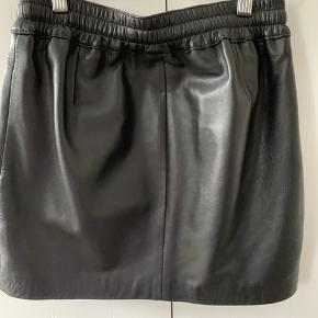 Super fin læder nederdel i 100% lamme læder.