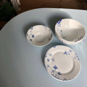 Sælger Royal Copenhagen tallerkner og skåle.   1 stk. Blå Mega Riflet serveringsskål (180 cl, 21 cm.). Nypris 949 kr. sælges for 600 kr.  2 stk. frokosttallerkner Blue / Blå Elements. 22 cm. Nypris pr. stk 549 kr. Sælges for 400 kr pr stk (begge samlet for 700 kr.). SOLGT!  1 stk. Blue / Blå Elements skål (18 cm.) Nypris 499 kr. sælges for 300 kr. SOLGT!  Skriv for flere billeder. Bud modtages gerne.