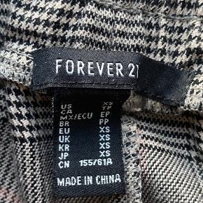 Sælger disse super fede bukser fra Forever21. Selve bukserne er i rigtig god stand, snøret er dog lidt ødelagt. Str / XS Køber betaler fragt :)