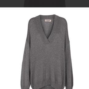 Sælges da den ikke længere bruges.  Sweateren er en str. M men er meget oversize så svare til en normal L.  Trøjen er næsten ikke brugt, og eneste brugs tegn er få tråde som stikker lidt ud (vist på billedet)  Byd