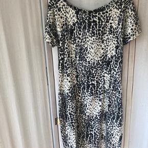 Velsiddende, figursyet  kjole, bomuld med stræk, lidt kraftigt stof, som medvirker til, at kjolen sidder virkelig godt. Dyreprint.