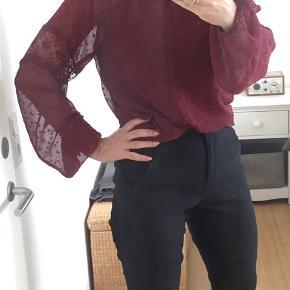 Helt ny flot bluse med smock og blonde detaljer - efter str s men den er stor i str