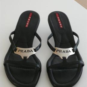 Varetype: Sandaler med hæl Størrelse: 36.5 Farve: Sort Oprindelig købspris: 2500 kr.