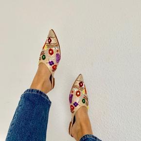 Skønne slip-on sko fra Bucatini med broderinger, perler og spids snude 💐