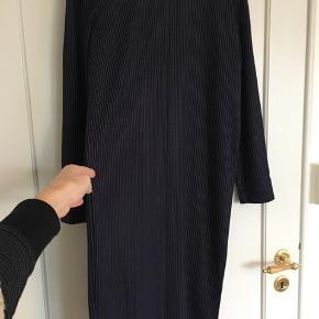 """Flot marineblå kjole med tynde hvide striber. Lige model. Sidder ikke """"limet til kroppen"""", men går lige ned. Passer str s-m-l.  Aldrig brugt."""