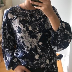 Just female bluse, aldrig brugt. Str SNypris 600kr - sender gerne