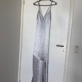 Sælger denne smukke sølv slipdress fra H&M. Aldrig brugt, kun prøvet på.   Jeg er 164cm høj og kjolen rører gulvet.