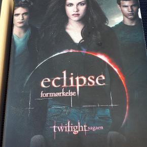 2 bind, New Moon i Twilight sagaen er en lille smule skadet i venstre højre ellers som ny. 3 bind, Eclipse i Twilight sagaen er helt ny. 75 kr pr stk, eller 100 kr for begge.