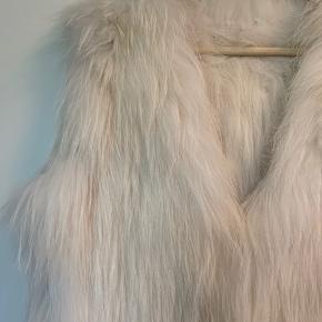 Sælger min ægte pels da jeg aldrig har brugt den.   Det er en ægte silverfox pels, som er super varm og behagelig at have på  Den er købt i en ægte pels butik   Nypris var 4000,-