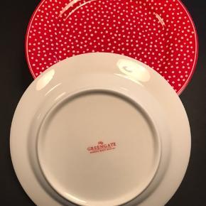 6 Red Spot tallerkener fra Greengate. Brugt 1 gang - fremstår som nye. 20 cm Ø. (Kop og lille tallerken følger ikke med) Sælges samlet - fast pris. Kan sendes for købers regning eller afhentes i Odense C. Ved handel via TS betaler køber selv gebyr.