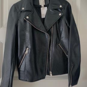 Sort biker jakke i faux læder. Aldrig brugt, sælges derfor med prismærke. Sender gerne :-)
