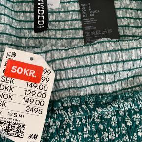 Sælger denne super fine sommer-nederdel  Købte den her i sommers, men fik den aldrig brugt.  Har endnu ikke taget prismærke af.  Den har ikke været brugt, men kun prøvet på.   Original pris uden rabat er 129kr  Købte den på udslag til 50kr   Mærke: H&M divided