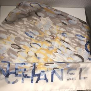 Lækkert silketørklæde fra Chanel sælges.  Brugt sparsomt, så rigtig fin stand.  Blå, beige, sand, guld farver.  Tidligere købt her på Ts, men jeg får det bare ikke brugt. Har ikke kvittering eller æske, men har aldrig betvivlet ægtheden