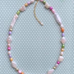 Sorbet necklace 💕 Halskæde med ferskvandsperler i sarte sorbet farver. Hvide aflange perler samt perler formet i harlekin tern og de fineste små buttede sommerfugle 🦋 Ikke to kæder er fuldstændig identiske, da perlerne er naturmateriale 🐚 Kæden er 40cm lang samt 5 cm. forlænger.  Forlænger og lås er i forgyldt Sterling sølv.  Pris 449kr. Inkl. forsendelse 💌