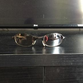 """Super fede 90'er. vintage Oakley solbriller, sælges..    Sælger de her mega fede 90'er vintage Oakley solbriller, i aluminium, med brungradieret glas..    De kommer fra en gammel nedlagt sportsbutik der har haft dem gemt væk på dit lager, i ca 15-18 år..    De er """"NOS"""" hvilket vil sige : New old stock / Ny gammel lagervarer, og derfor i 110% ny stand!    Sælges incl original Dustbag..    Få nogle super fede og yderst moderne solbriller til sommeren, de færreste har (endnu...)    Ift til hvad nypriserne på lign Oakley solbriller ligger på i snit på nettet, tænker jeg at min mp på 600.kr, er mere end fair! - De er sat ca 50% under dagens markedspris, for lign briller..    Skulle der være rift om dem, ryger de til højestbydende, og ydermere sælges de også på tradono, og G&G.. De skal nok ryge hurtigt, så slå til, imens  tid er..     SE OGSÅ ALLE MINE ANDRE ANNONCER.. :D"""