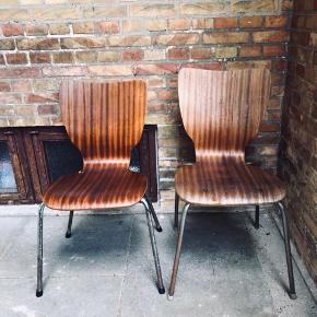 Stole i teak. Stolenes siddehøjde måler henholdsvis 44 og 47,5 cm.  Stolene sælges samlet for 150 kr.