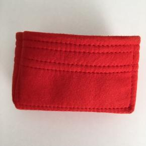 Organizer til Louis Vuitton toiletry pouch 19 sælges. Den er brugt 2 gange. Farven er rød