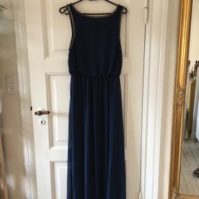 Lang kjole - brugt som gallakjole én gang Mørkeblå med metal ved udskæringen Størrelse small  Nypris 500 kr  Kan sendes med DAO eller afhentes i Aalborg :)