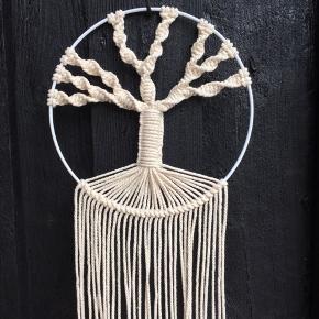 Håndknyttet vægophæng.  Livets træ. 🌳 Macrame tree of life.   Diameter på ring: 20 cm  Længde 51 cm.