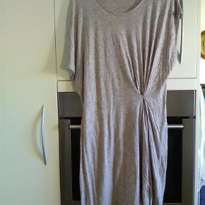 Varetype: kjole Farve: sand /lys Prisen angivet er inklusiv forsendelse.  flot og næsten ny kjole fra storm og marie i bomuld sælges for 130 incl forsendelse